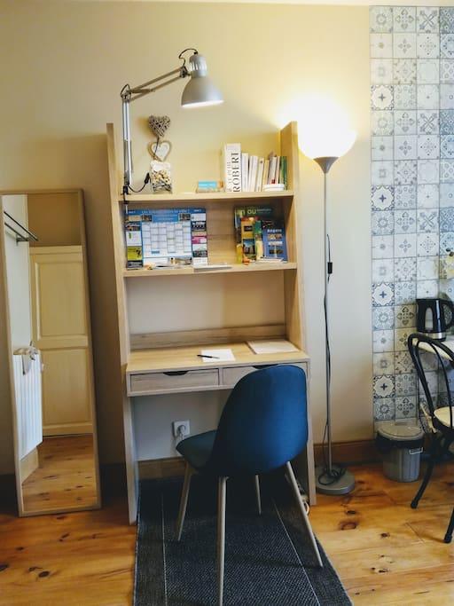 Un espace de travail fonctionnel. La chambre est connectée au WiFi. Nous laissons à votre disposition cartes et guides.