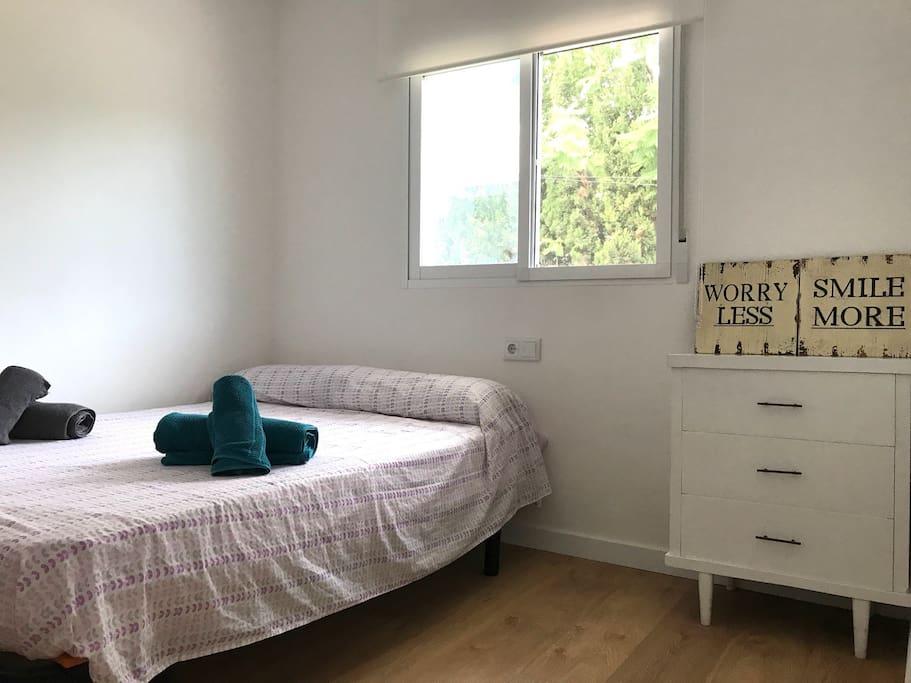 La habitación incluye ropa de baño y una cómoda para guardar ropa.