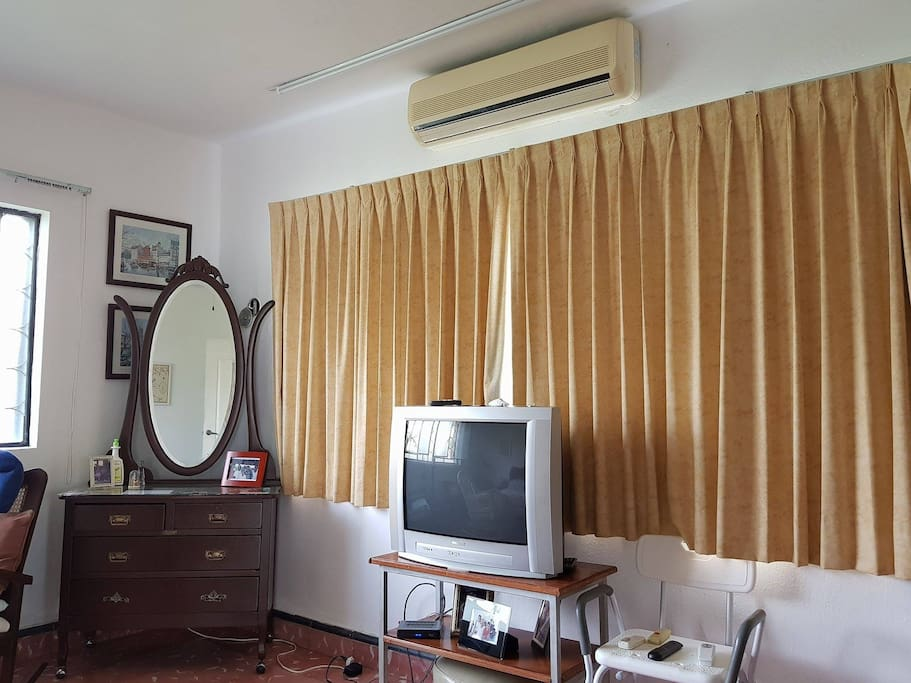 Cuarto con aire acondicionado y tv / Room with air conditioning and TV
