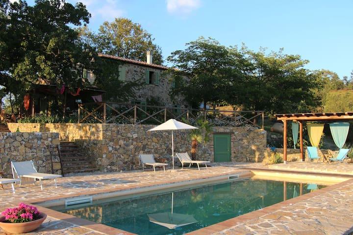 Landidyll mit Pool und Panorama