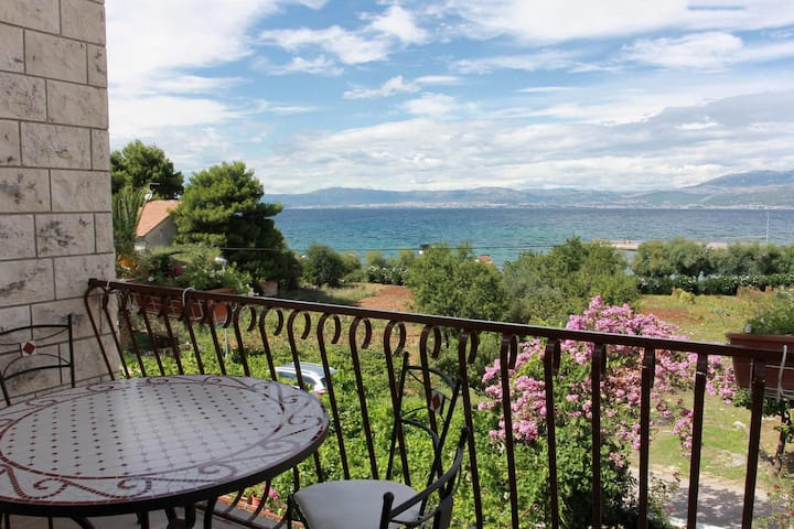 Three bedroom apartment with terrace and sea view Mirca, Brač (A-732-b)