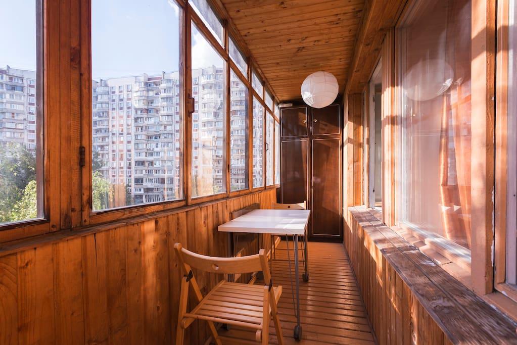 просторный балкон со столом, электричеством и светом