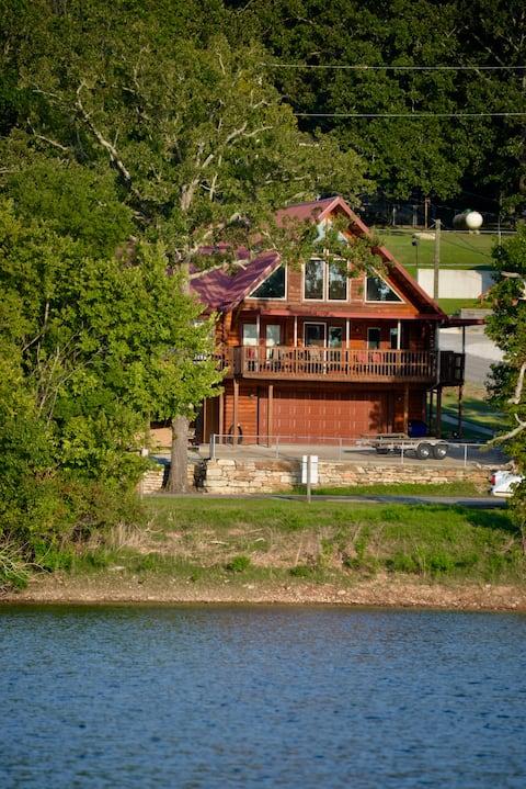 The Dock Holiday cabin- 3 bed 3 bath- sleeps 6
