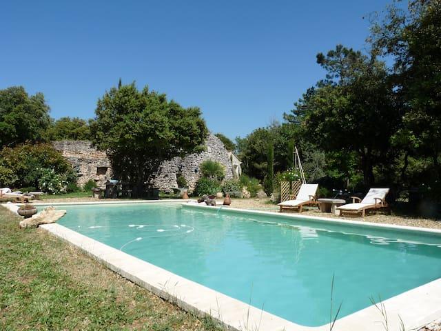 Le Puits de la Borie propriété avec piscine .