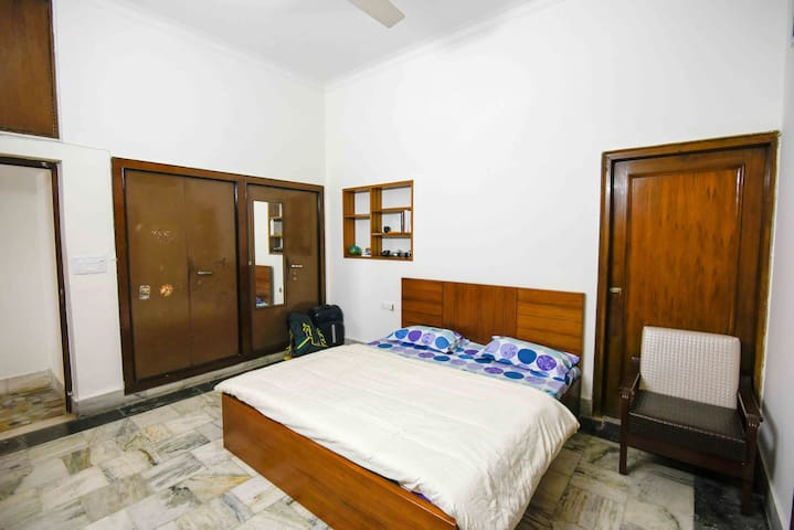 Comfortable and spacious bedroom - Neu-Delhi - Haus