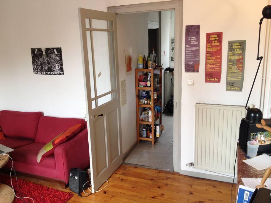 Le salon et la cuisine à droite