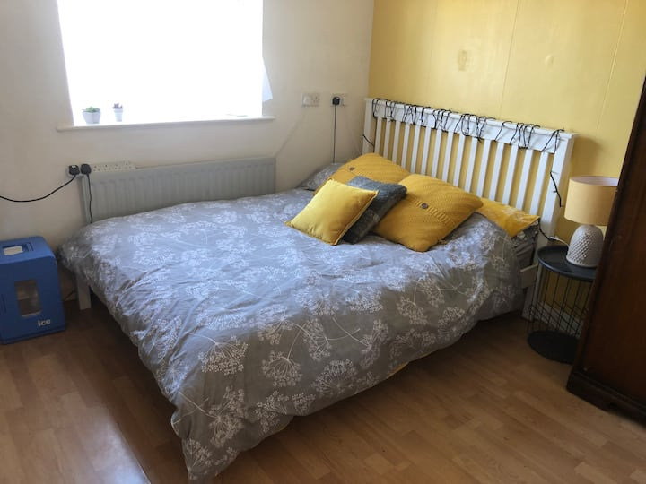 Double bed & Desk, suit Single Guest, Camden