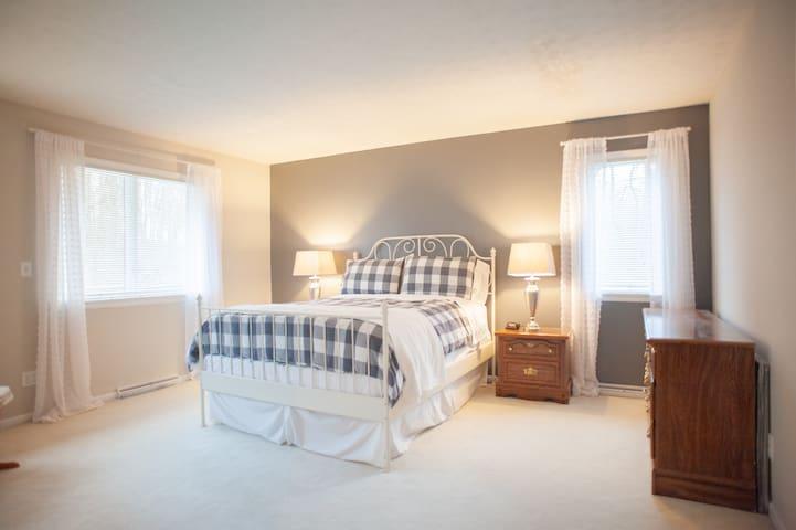Master bedroom (Farmhouse room)