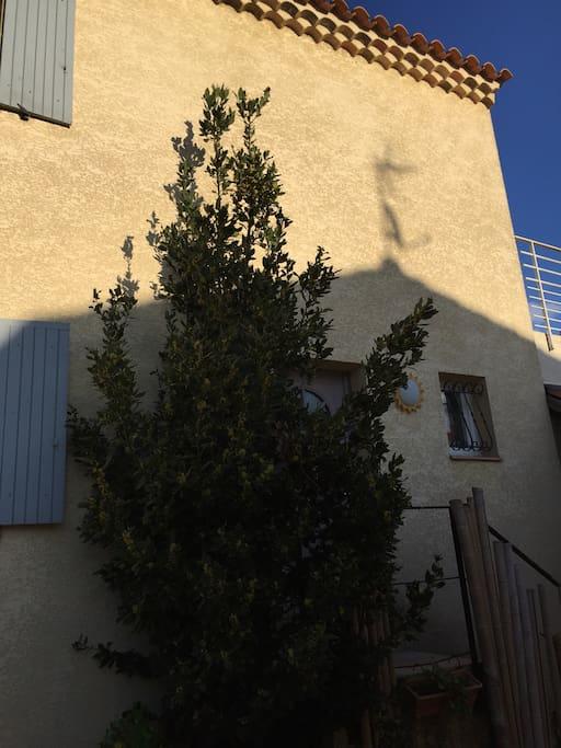Vue de la maison principale ou se trouve le studio à l'étage