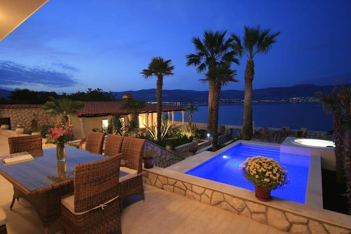 Exclusive beachfront 6 bedroom villa with pool