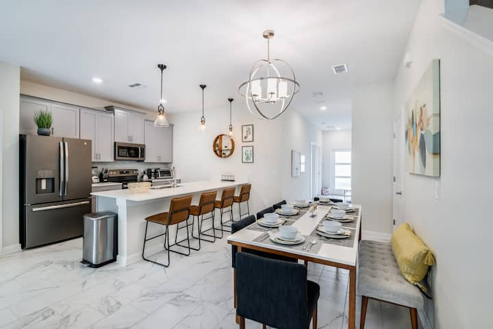 Gorgeous New Home w/ a Pool-Near Disney and parks