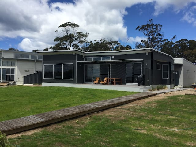 Bluff Cove - Beachfront Holiday House - Swansea - Casa