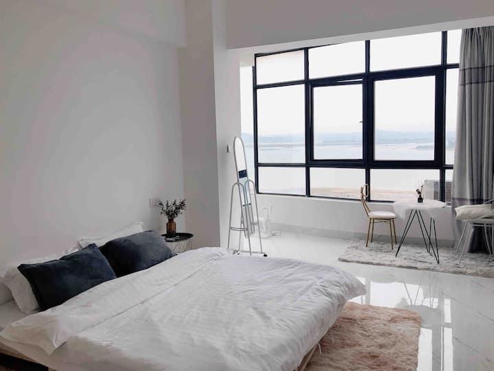 「忆宿」2躺在床上能看海,走到对面是沙滩,超大落地窗,整个西湾美景尽收眼底,超美西阳房。