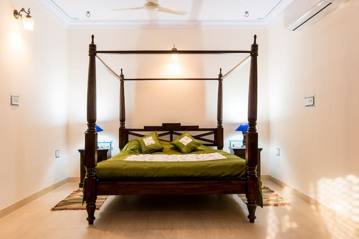 Room No. 4 - Four Poster King Size Bed