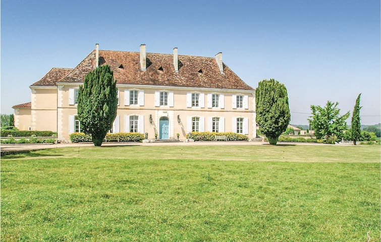 Holiday cottage with 6 bedrooms on 414m² in Cherval
