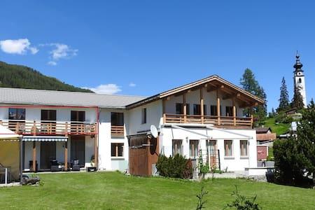 Engadiner Bergwelt, gemütlich, ruhig und sonnig - Scuol - Apartament