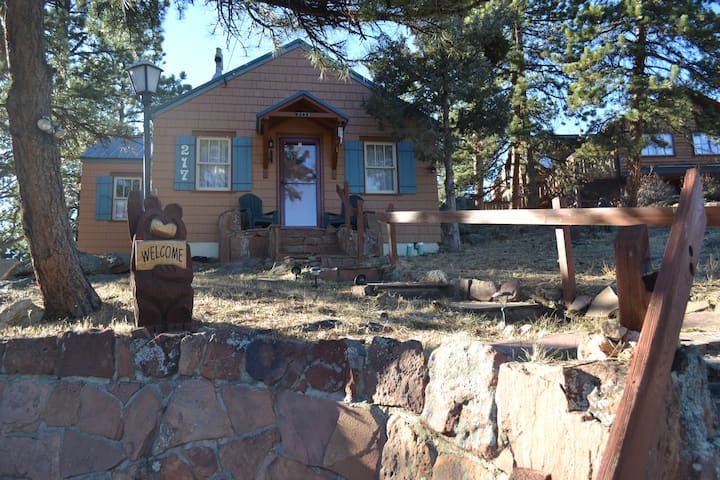 Conifer Cottage - steps to downtown!