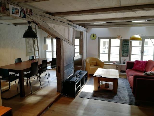 Fribourg centre historique: Belle chambre et SDB