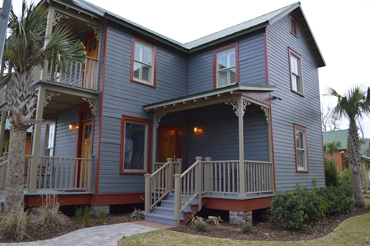 800B - Cozy Upstairs Cottage with Southern Charm