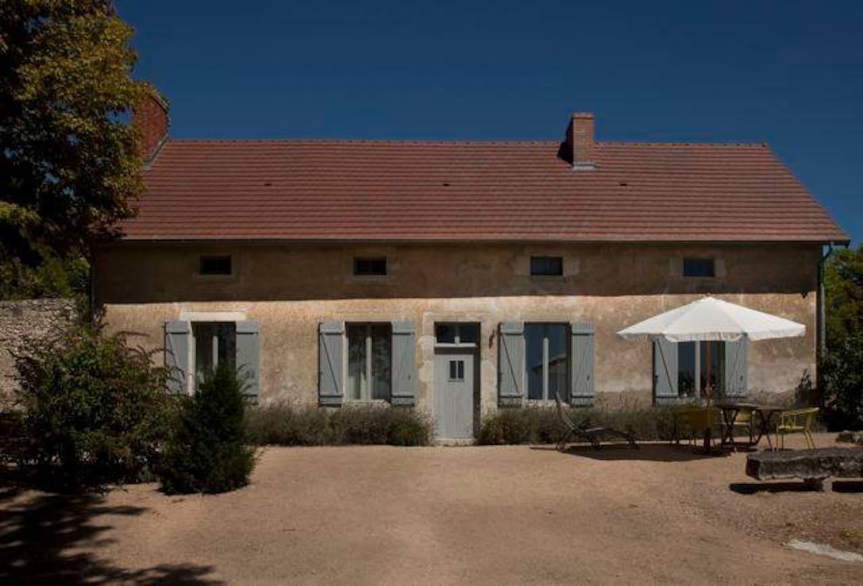 Façade de la maison face au puy de Dôme
