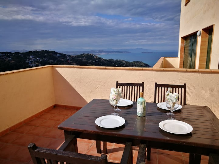 2 bedroom apartment close to the center of Begur. Terrace and panoramic sea views (Ref:H41)