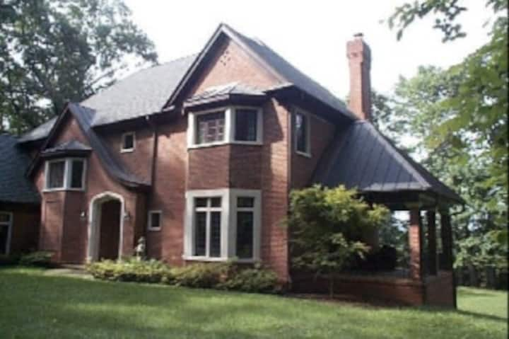 Secluded/spacious apt/close to Cville/UVA/wineries