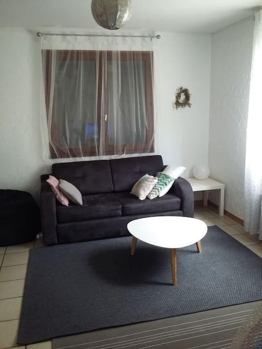 Ce canapé est convertible très facilement et offre un vrai matelas confortable