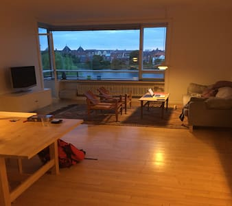 Beautiful lake facing apartment at the city centre - København - Apartment