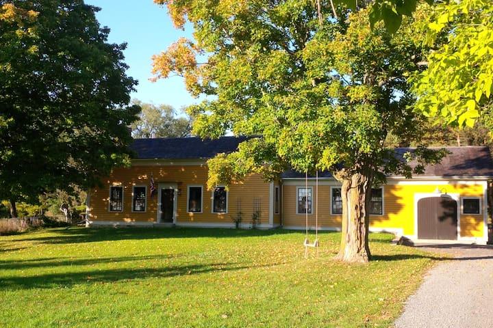 Idyllic farmhouse w/ pool near Bloomfield (1 week)