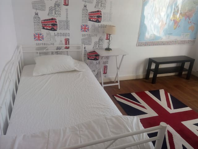 A London room in France - Charroux