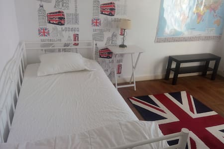 A London room in France - Charroux - Huis