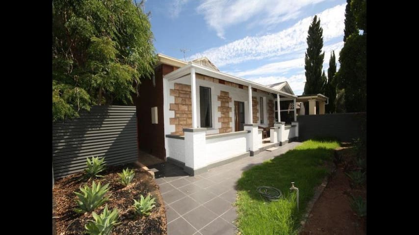 Lovely fully furnished 2b 1b home! - Fullarton