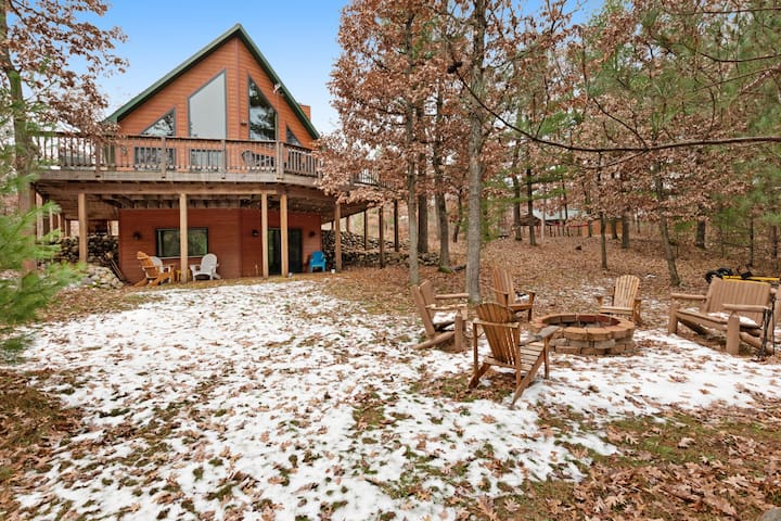 Gorgeous home w/ shared docks and lake access - spacious deck and firepit!