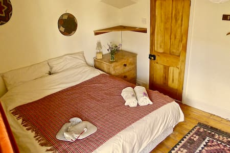 Eco Home Close to the Heart of Totnes (Room 1/2)