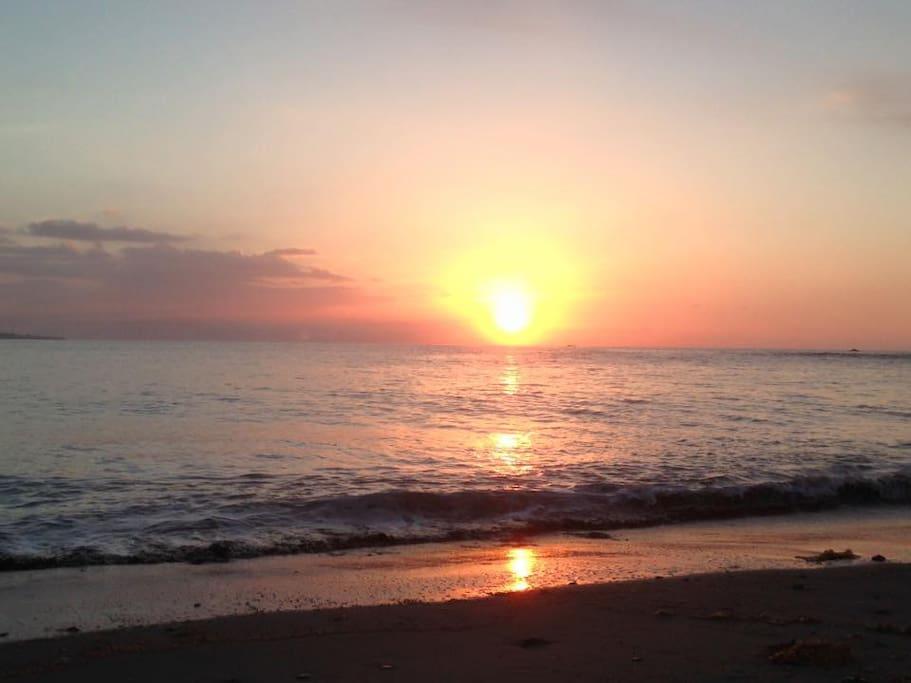 對面沙灘的日出!