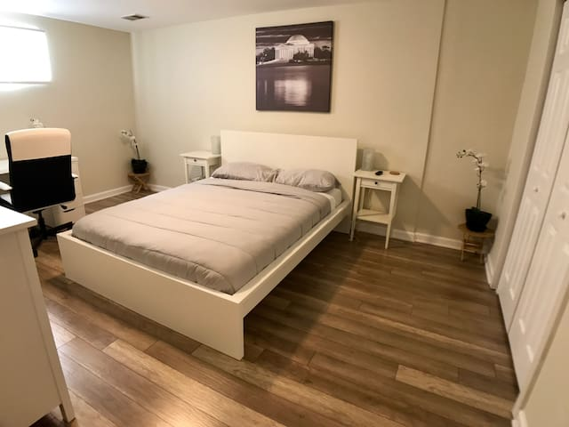 The White House- Private Bedroom with Queen Bed - Manassas - Casa