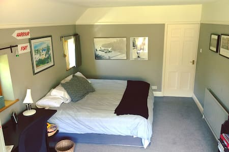 Large comfy room with country views - West Horsley - Rumah