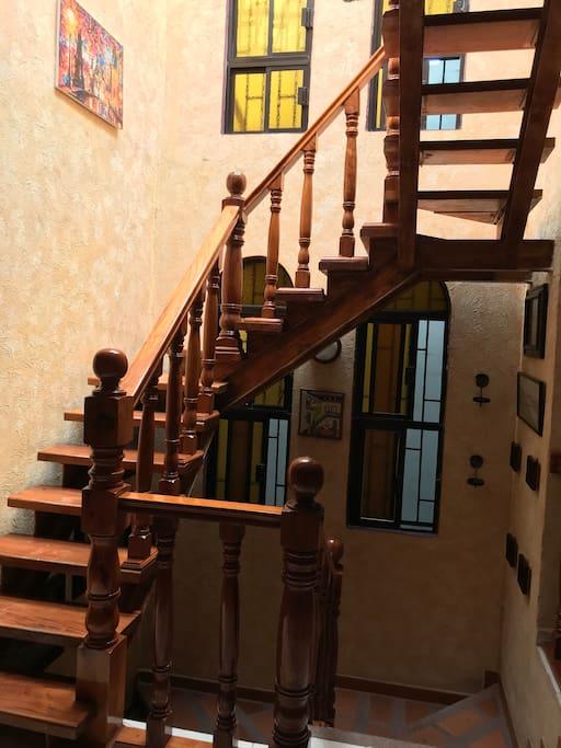 Interior casa y escaleras hacia la terraza
