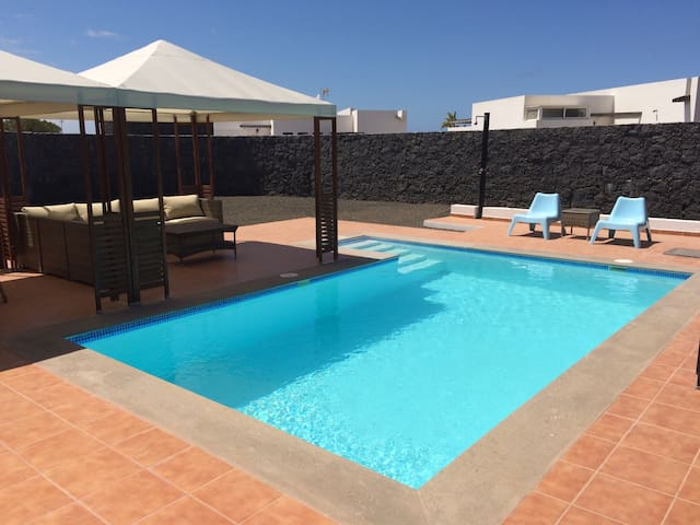 """Blue sky"" lanzarote beach house with heated pool - Playa Blanca - Chalé"