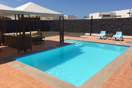 """Blue sky"" lanzarote beach house with heated pool - Playa Blanca - Hytte (i sveitsisk stil)"