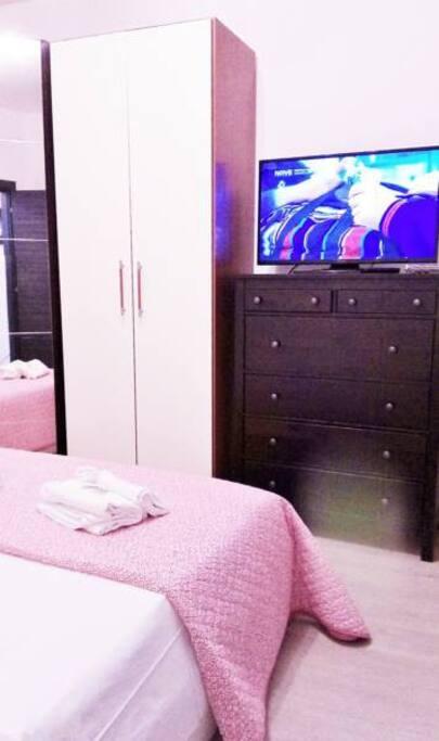 Camera matrimoniale con cabina armadio, tv, dvd