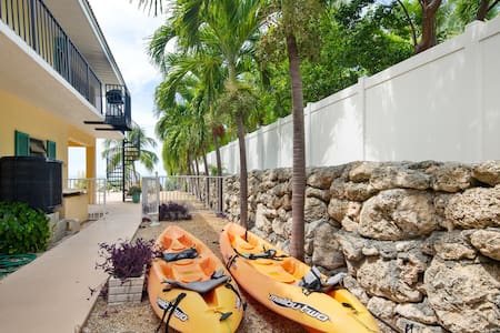 Bayfront home w/ gulf views, private hot tub, swimming pool & dock!