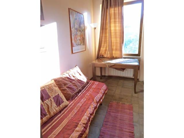 Camera da letto in nella veranda chiuso con ampie finestre