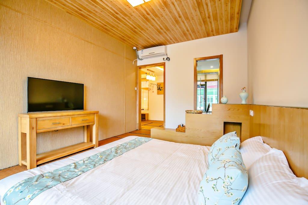 房间名:黄日房  位于别墅三楼。是最大的房间。面积50房,床是1.8米大床。全榻榻米通铺。有小客厅,茶桌。格调很高。