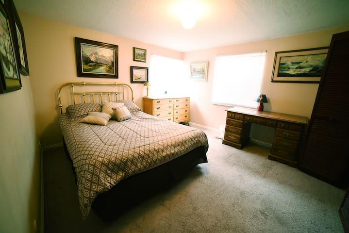 Queen bed in Utah ski country!