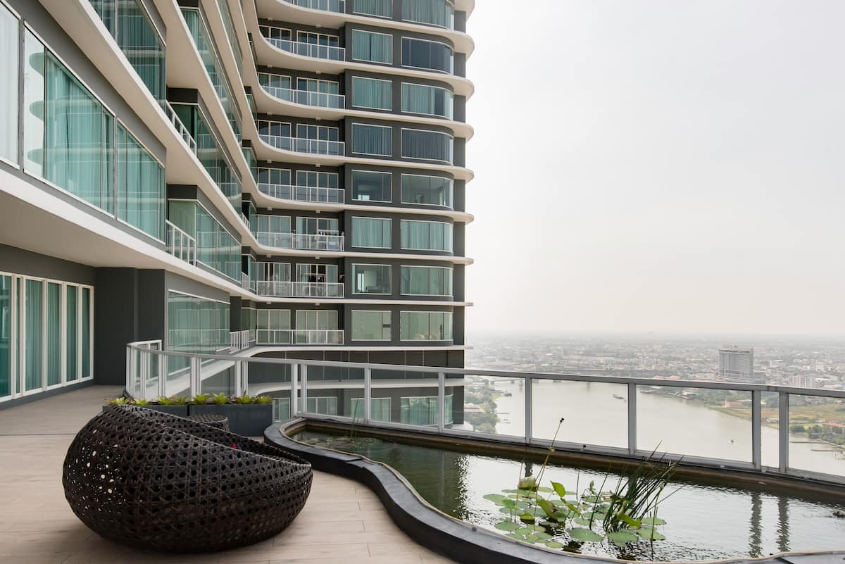 Urban Living on the Riverfront in a Luxe High-Rise Apartment