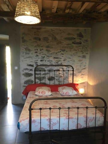 lit d'époque 2 personne mur de pierre  joint à la chaux