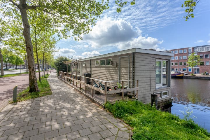 Modern 2 floor boathouse at the Spaarne river