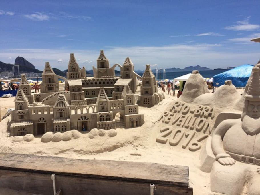 Escultura feita por artistas de areia.
