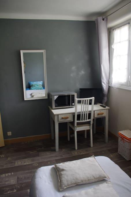 Micro ondes, télévision, wifi bureau et chaise de travail.